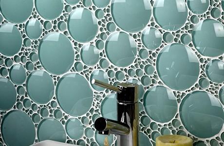 Магията на стъклените плочки за баня